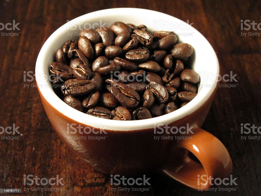 Chicchi di caffè in Tazza foto stock royalty-free