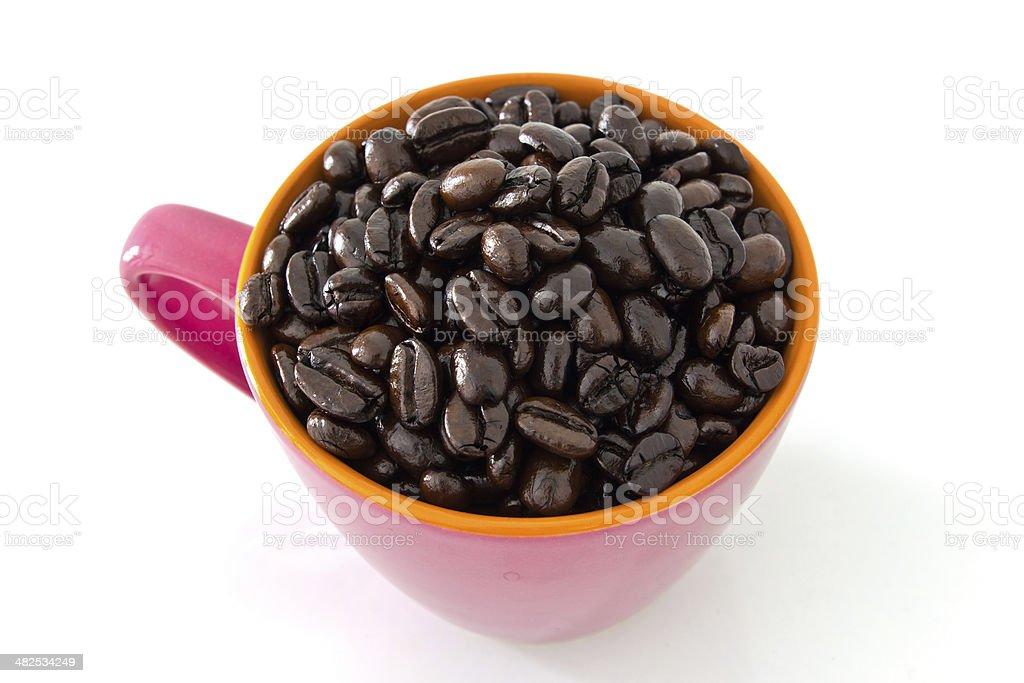 Chicchi di caffè in tazza rosa foto stock royalty-free