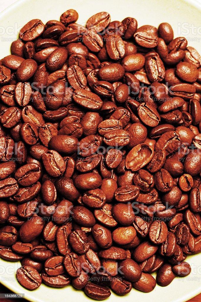Granos de café en placa foto de stock libre de derechos