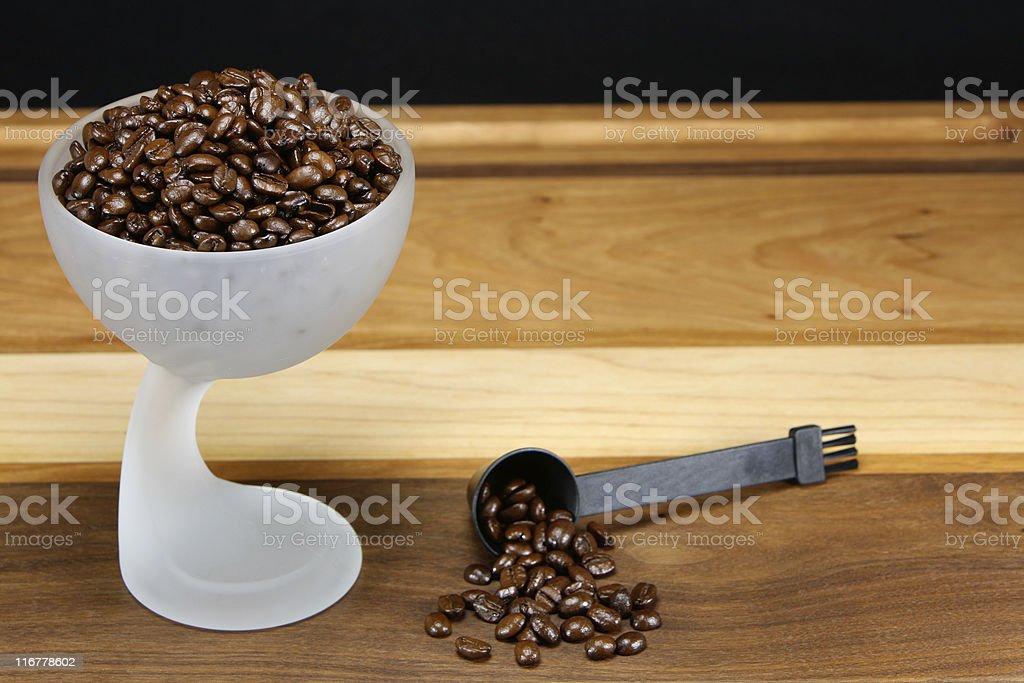 Grãos de café com doseador foto de stock royalty-free