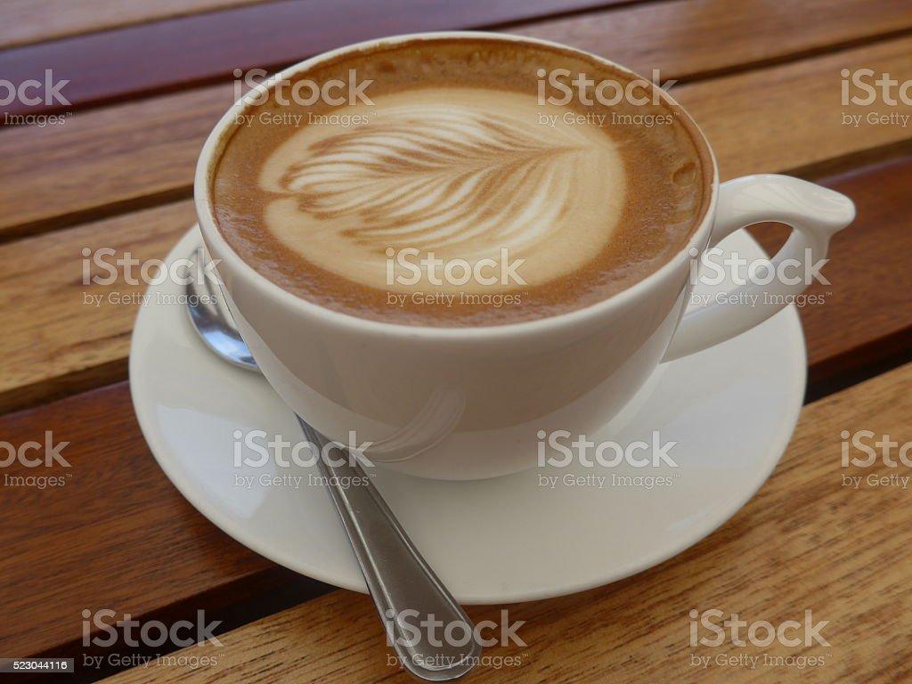 Taza de café en una mesa de madera foto de stock libre de derechos