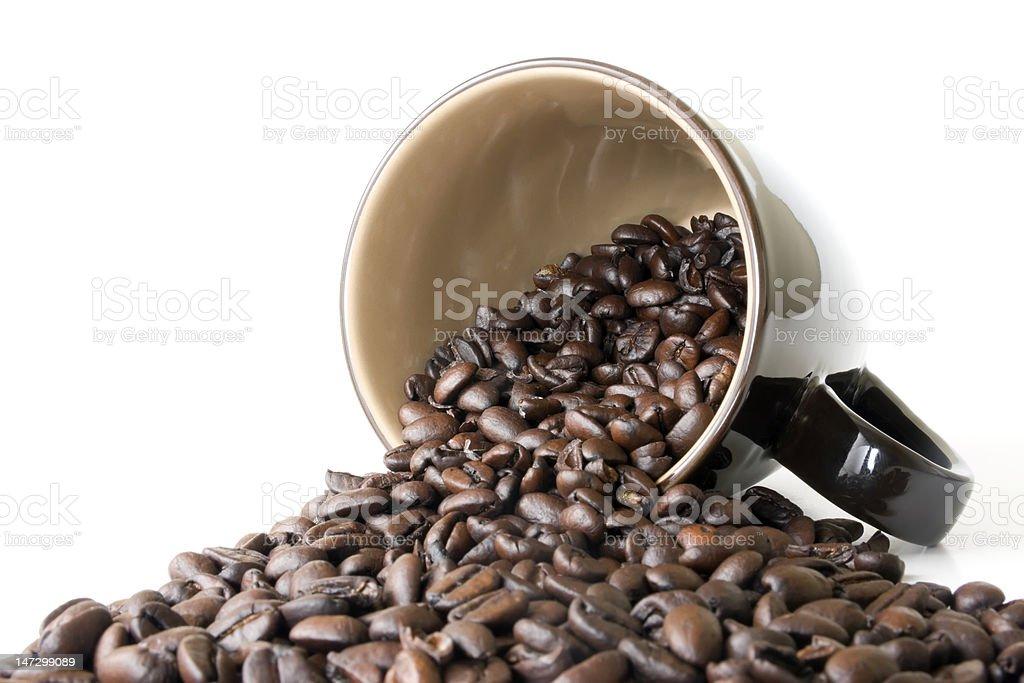 Kaffeetasse mit Spilled Espresso-Bohnen Lizenzfreies stock-foto