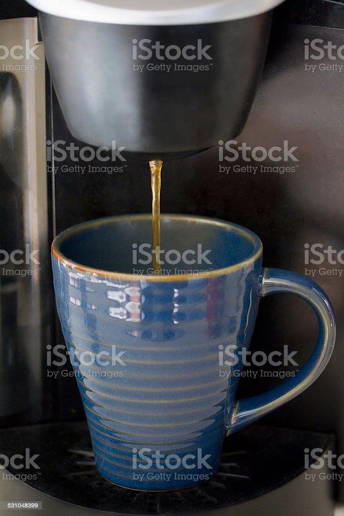 Café, verser dans la tasse photo libre de droits