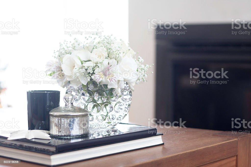 Mesa en la sala de estar decoración con flores blancas stock foto ...