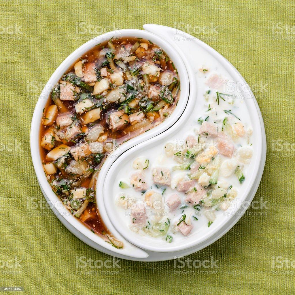 Kalte Suppe Okroshka mit gehackte Gemüse und Fleisch mit kefir und kvass – Foto