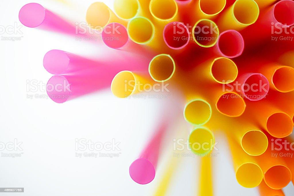 Cor canudos de plástico em um fundo branco foto royalty-free