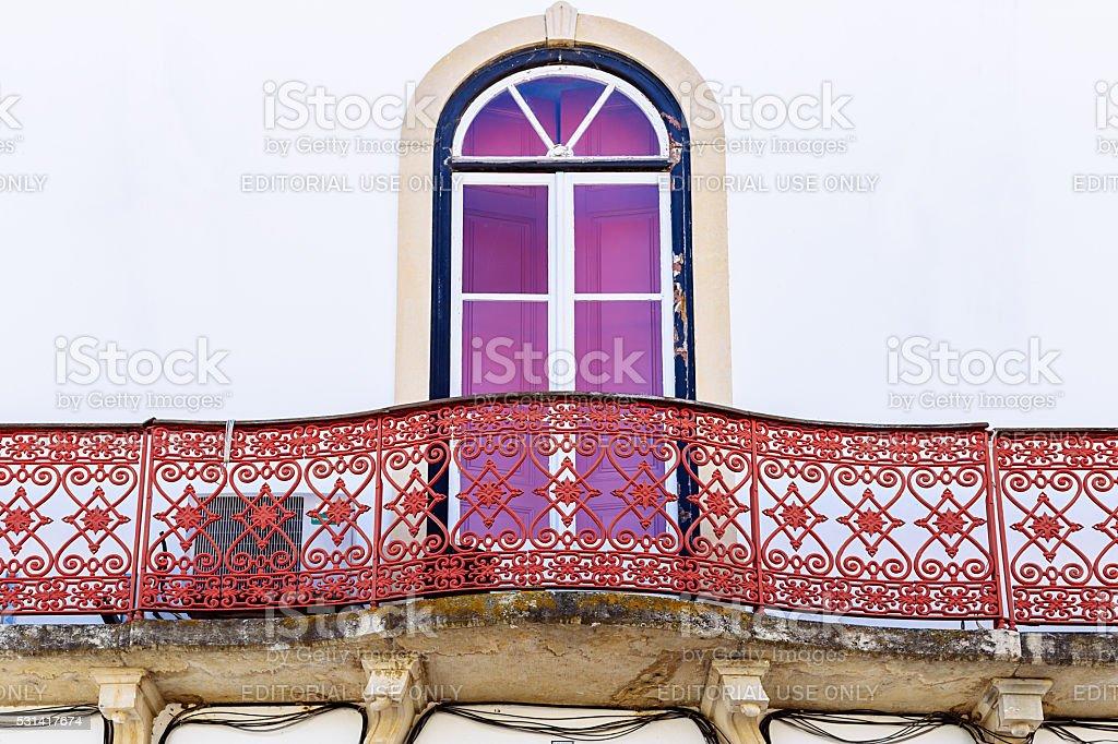 Colorido varanda em Mértola, em Portugal. Cores de Portugal Série foto royalty-free