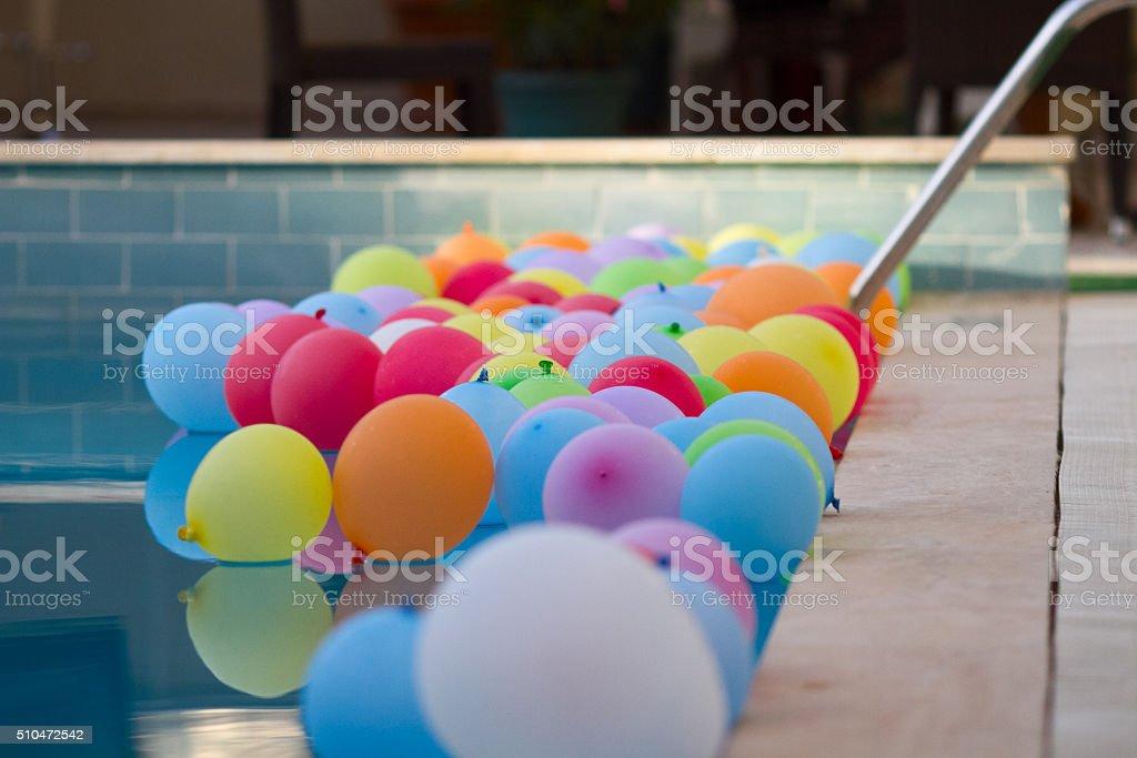 Colorato palloncini in piscina foto stock royalty-free