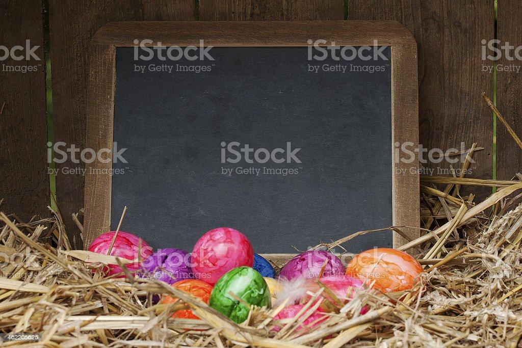 bunte ostereier mit schiefertafel stock photo