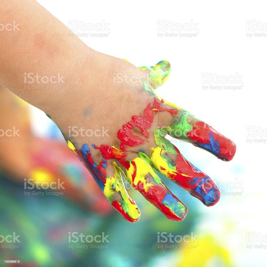 Main colorée peint enfant. photo libre de droits