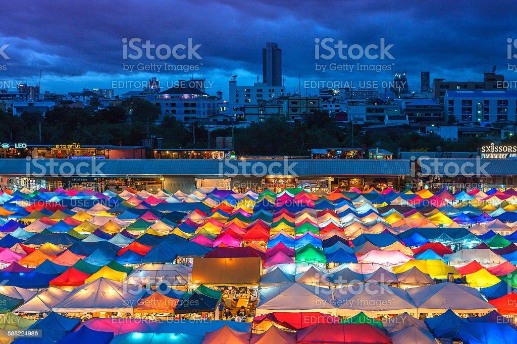 Colorful Ratchada Night Market at night in Bangkok, Thailand photo libre de droits