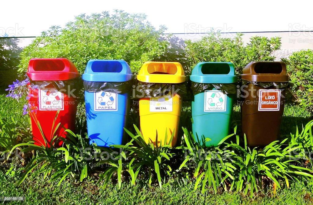 Recipientes coloridos da reciclagem. stock photo