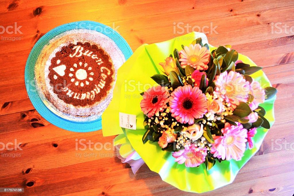 Compleanno con torta e fiori stock photo