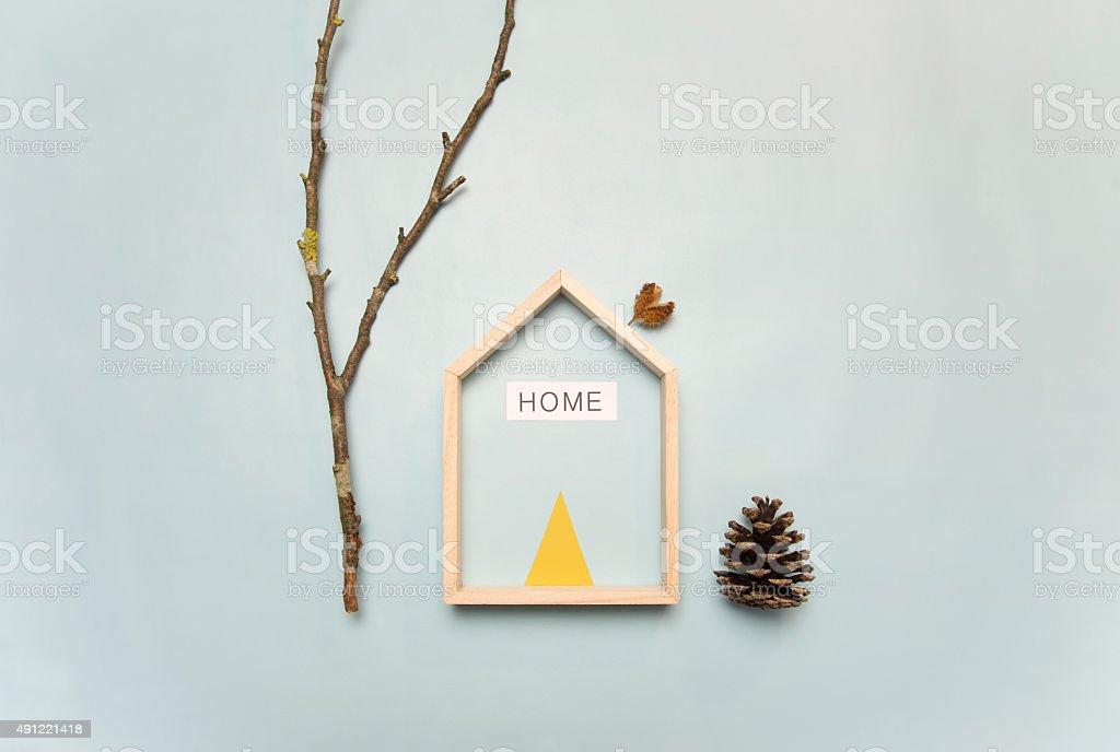 Composition constituée d'une maison , d'une branche et d'une pomme de pin stock photo
