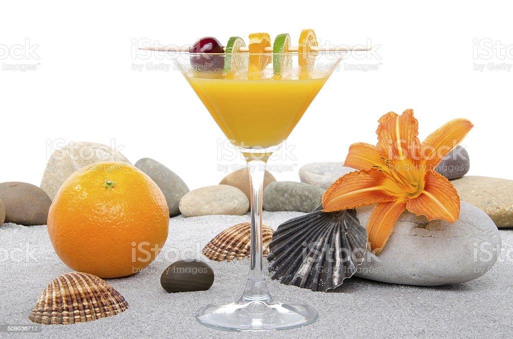 Komposition Mit Orangencocktail Sand Und Kiesel Steine Stockfoto ...