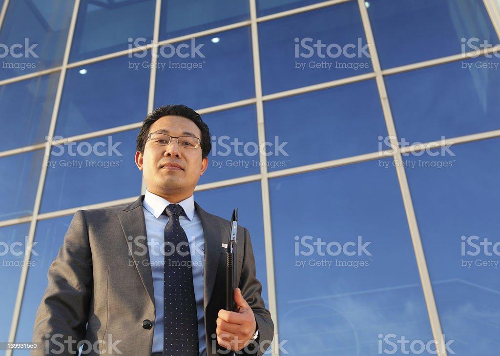 Zuversichtlich executive holding Dokumente an der Rezeption Lizenzfreies stock-foto