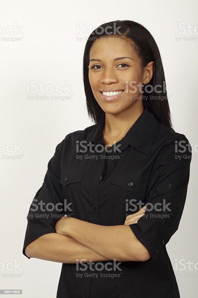 Confiant femme souriant avec les bras croisés photo libre de droits