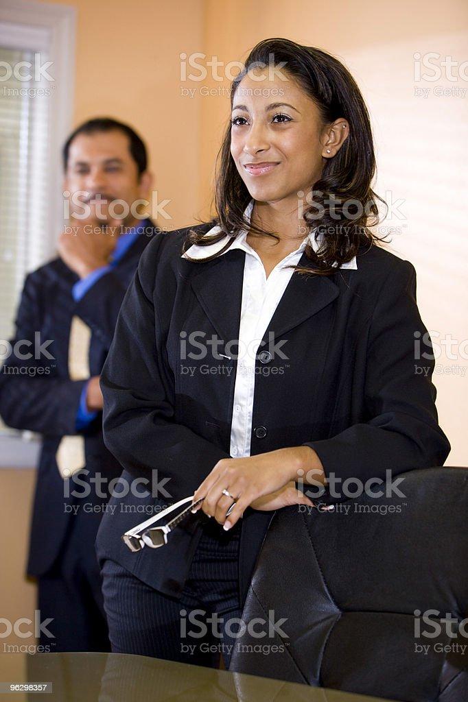 Seguros de joven afroamericana empresaria con macho colega en el fondo foto de stock libre de derechos