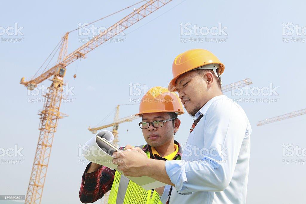 Bauarbeiter und der cranes Lizenzfreies stock-foto