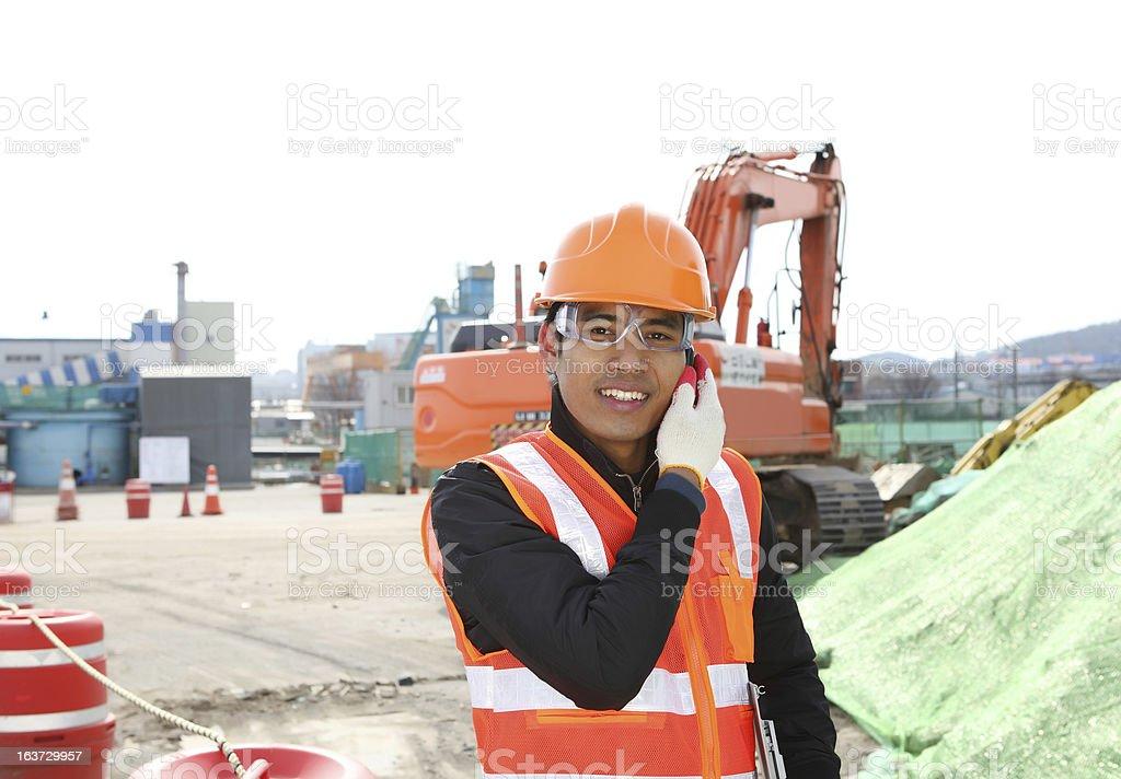 Bauarbeiter Kommunikation mit Handy Lizenzfreies stock-foto