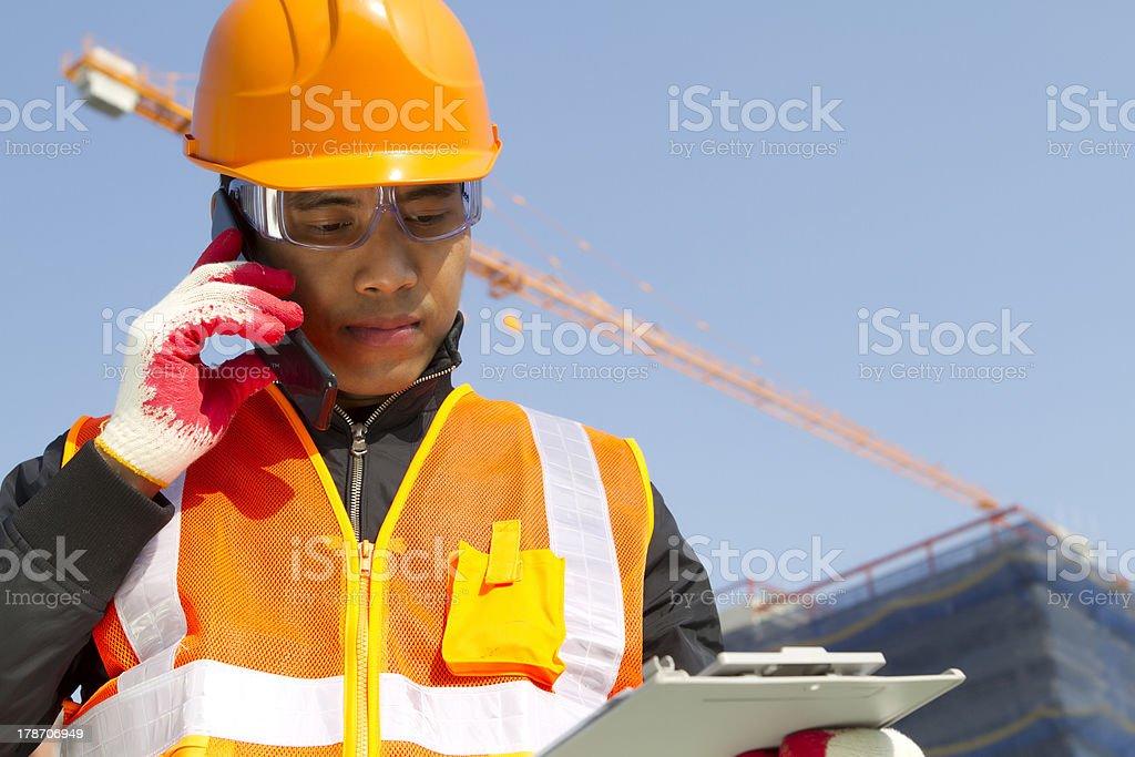 Bauarbeiter mit Kran im Hintergrund Lizenzfreies stock-foto