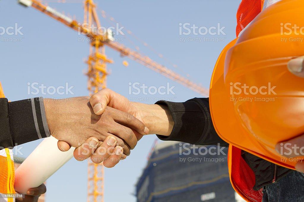 Bau Arbeiter mit Kran im Hintergrund Lizenzfreies stock-foto