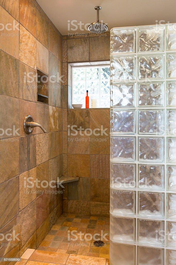 y exclusiva de bao con azulejos de paredes de vidrio y ducha de bloque foto