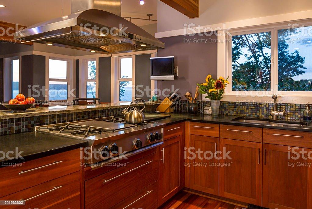 moderna casa di cucina di lusso con armadi in legno ed ... - Cucina Di Design Armadio Di Lusso