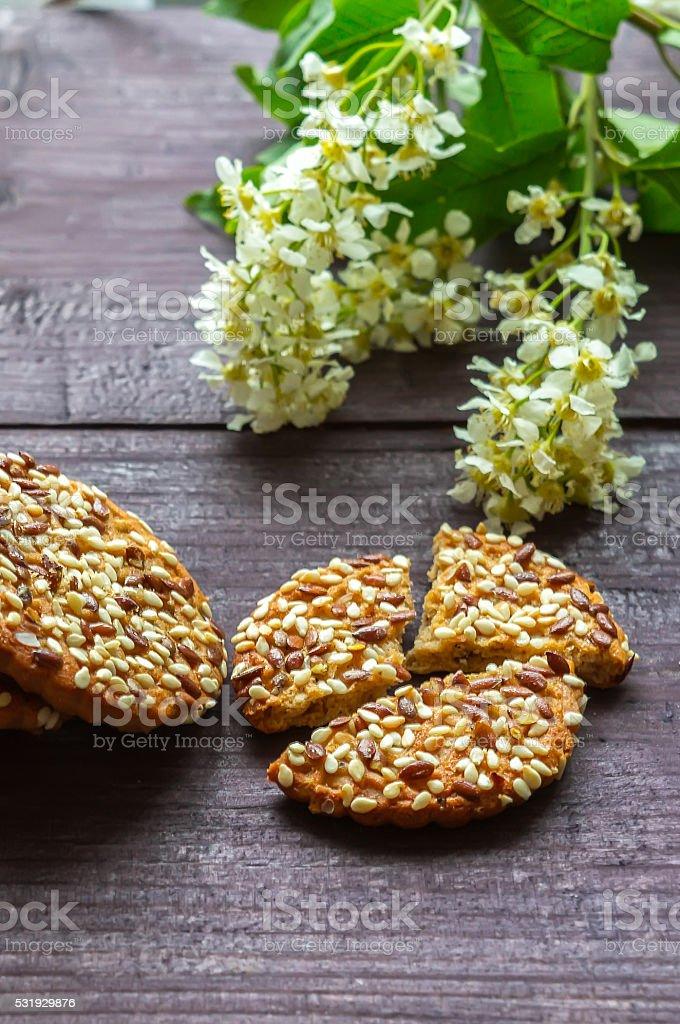 Cookies com flores de cereja de pássaro foto de stock royalty-free