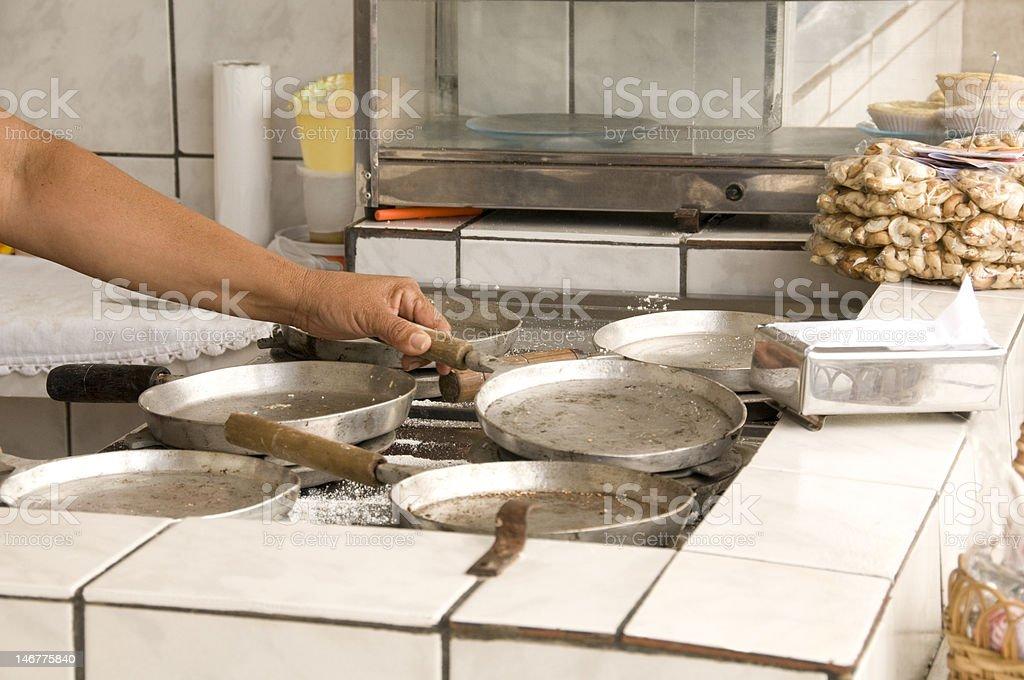 Cozinhar na cozinha foto de stock royalty-free