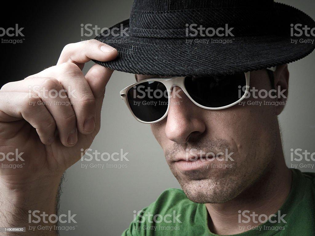 Modne człowiek z kapelusz i okulary przeciwsłoneczne zbiór zdjęć royalty-free