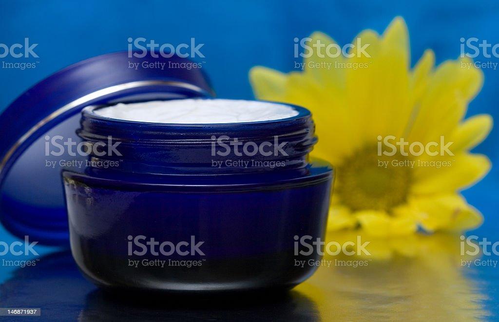 moisturizing cosméticos creme com Flor foto de stock royalty-free