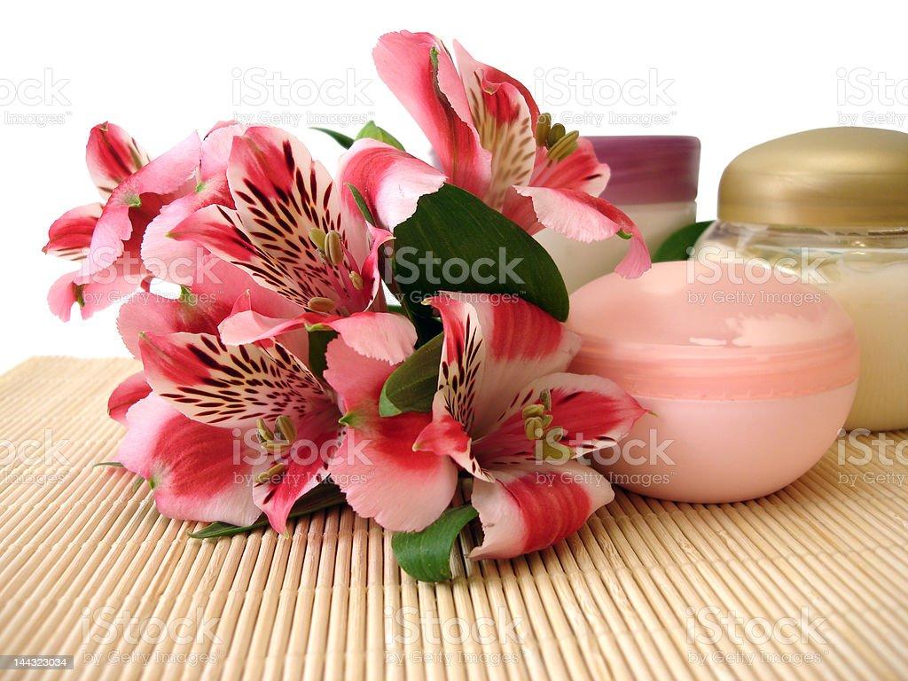 moisturizing cosméticos creme com flores foto de stock royalty-free
