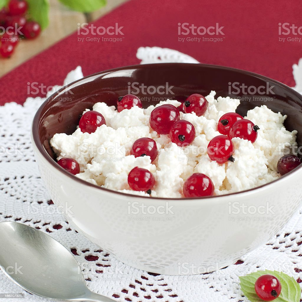 Fromage blanc et des fruits rouges photo libre de droits