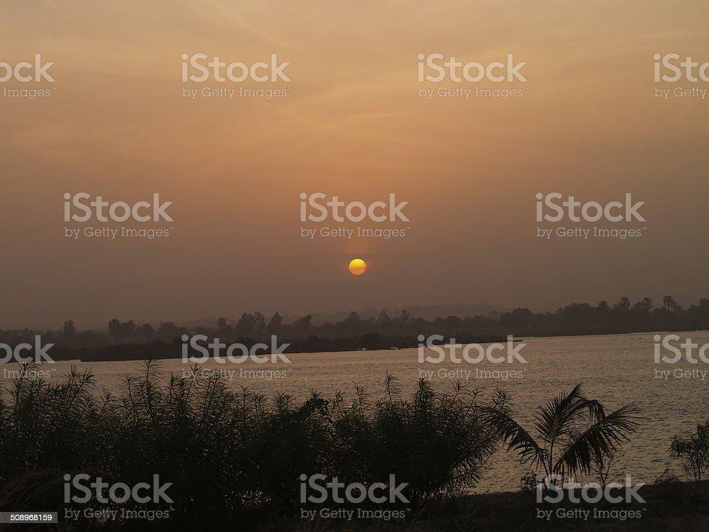 Couché de soleil sur le fleuve Niger stock photo
