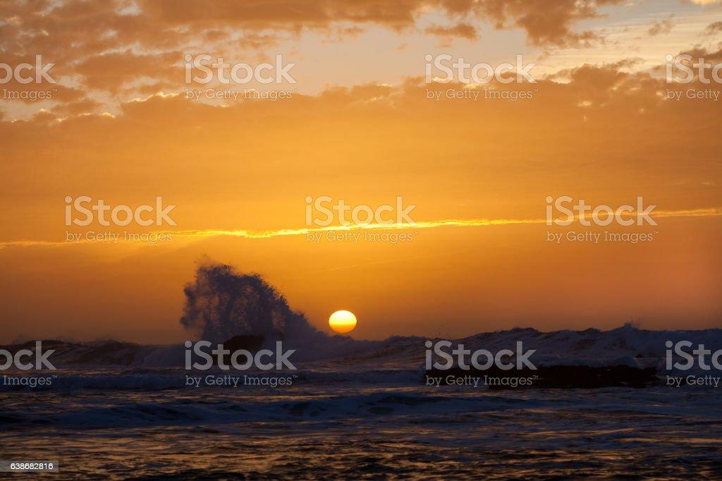 coucher de soleil sur la mer et les vagues stock photo