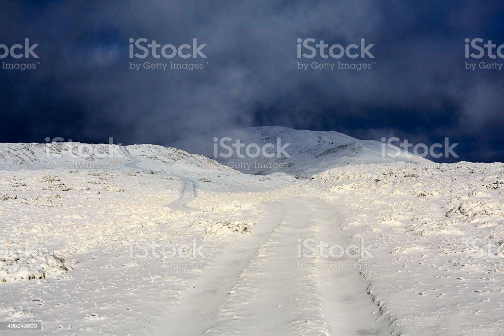 Route de campagne dans les montagnes nuageux photo libre de droits