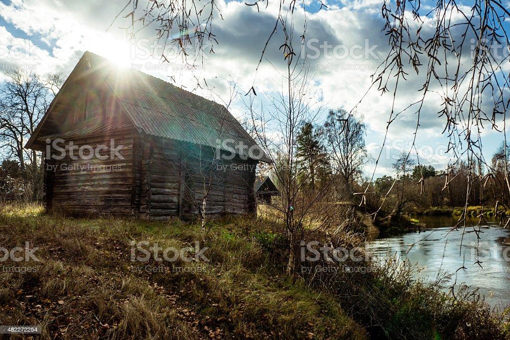 Campo hut sobre un río. foto de stock libre de derechos