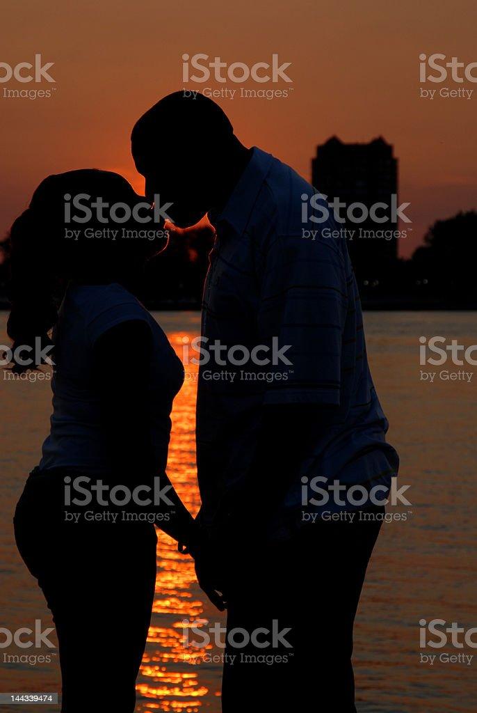 Casal no pôr-do-sol no Belle Isle, Detroit foto royalty-free