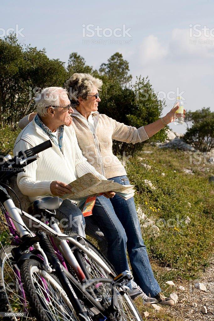 couple de sénior en vélo stock photo