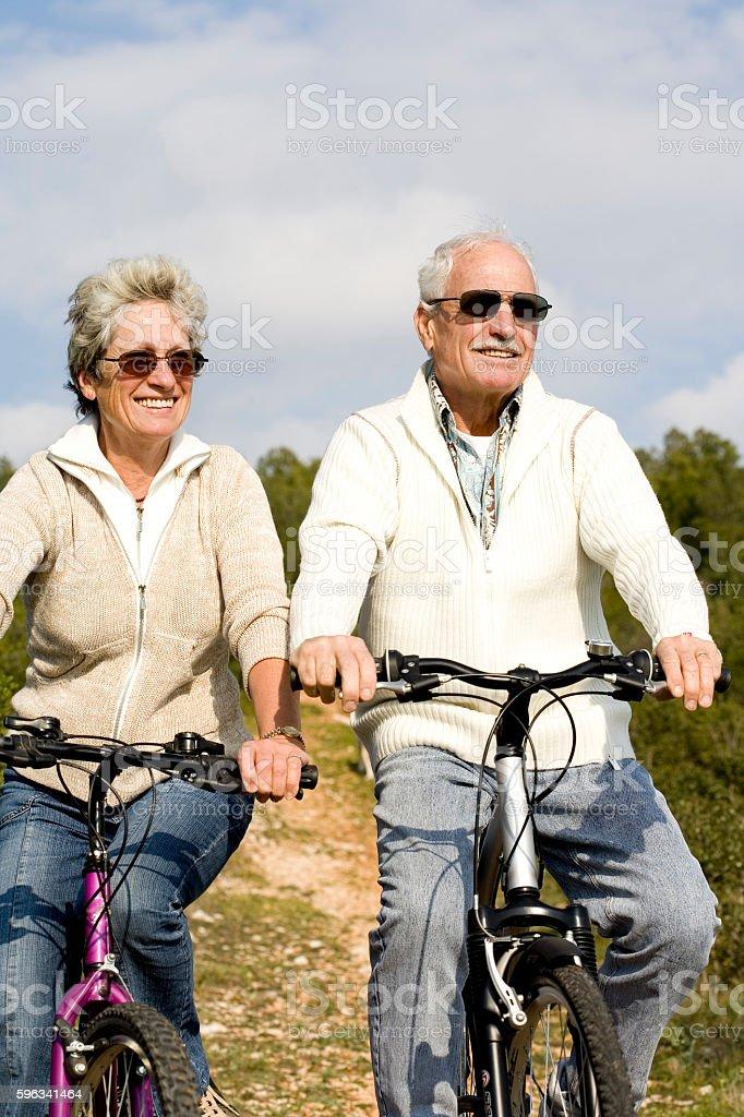 couple de sénior à vélo stock photo