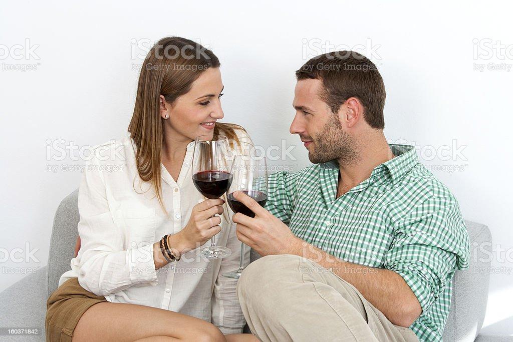 Couple en dégustant un verre de vin rouge, à la maison. photo libre de droits