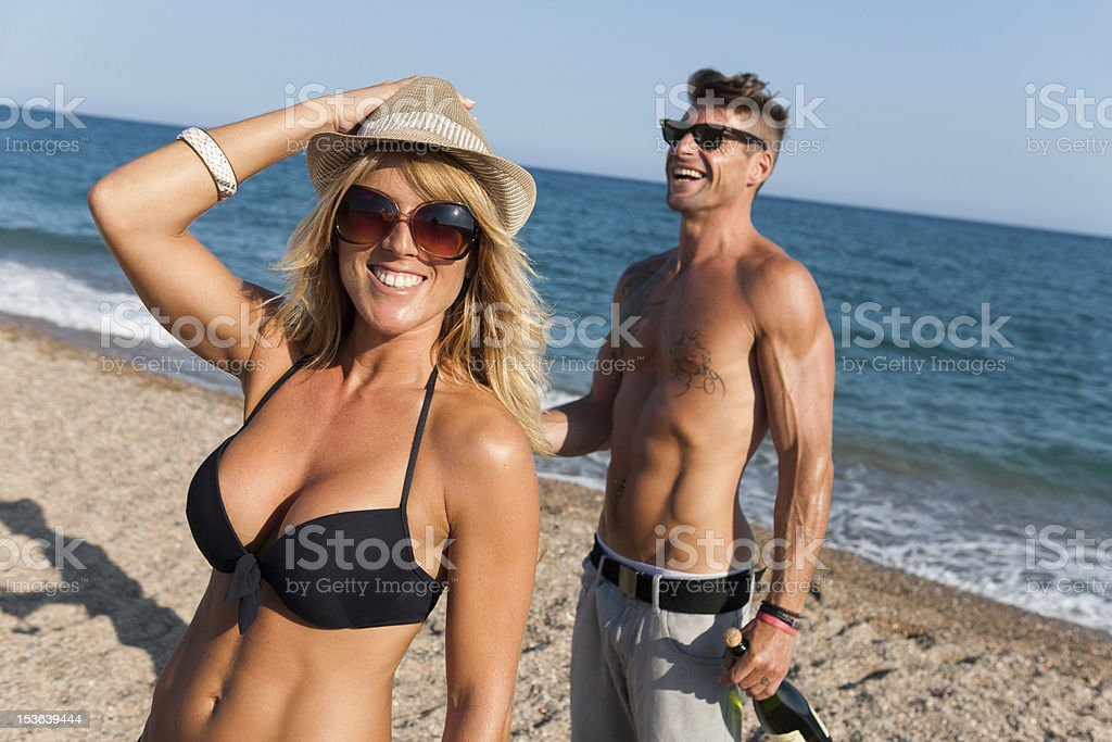 Couple profitant du soleil de l'après-midi sur la plage. photo libre de droits