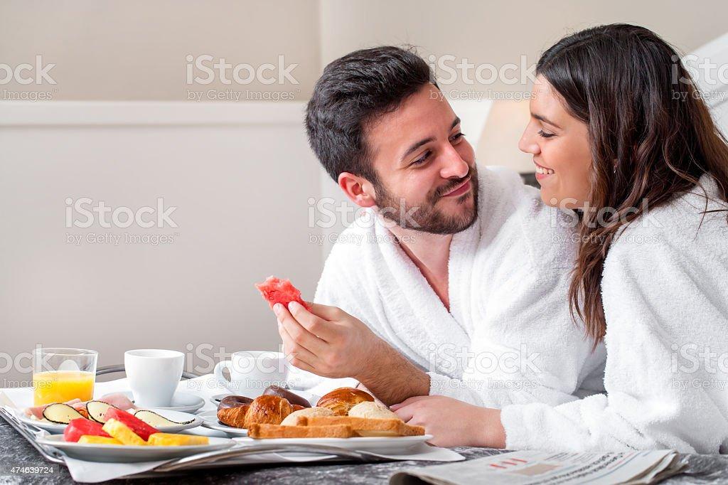 Couple profitant du service d'étage. photo libre de droits