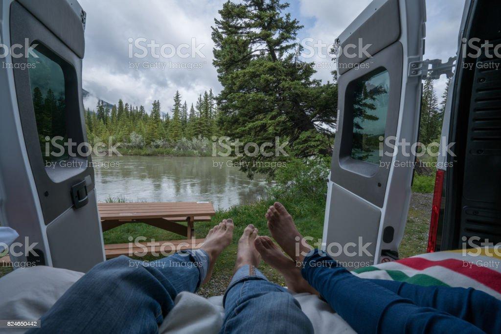 Paare, die einen atemberaubenden Blick aus dem hinteren Teil ihrer Camping-Van – Foto