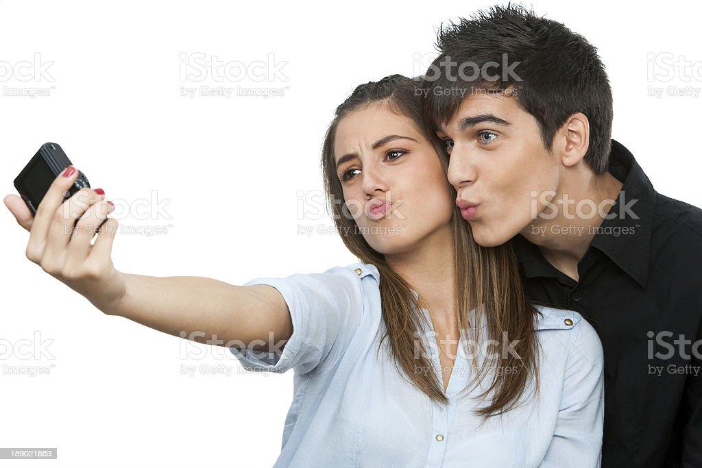 Couple s'amuser en prenant autoportrait. photo libre de droits