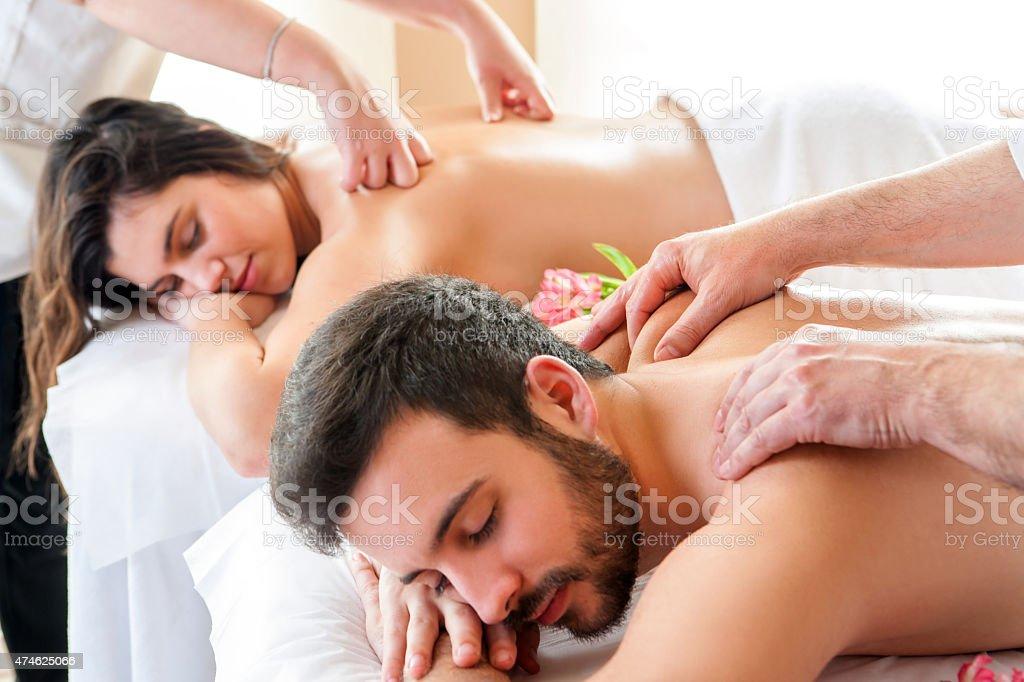 Couple ayant massage du corps relaxant dans notre spa. photo libre de droits