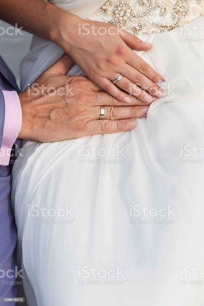 couple tenant les mains photo libre de droits