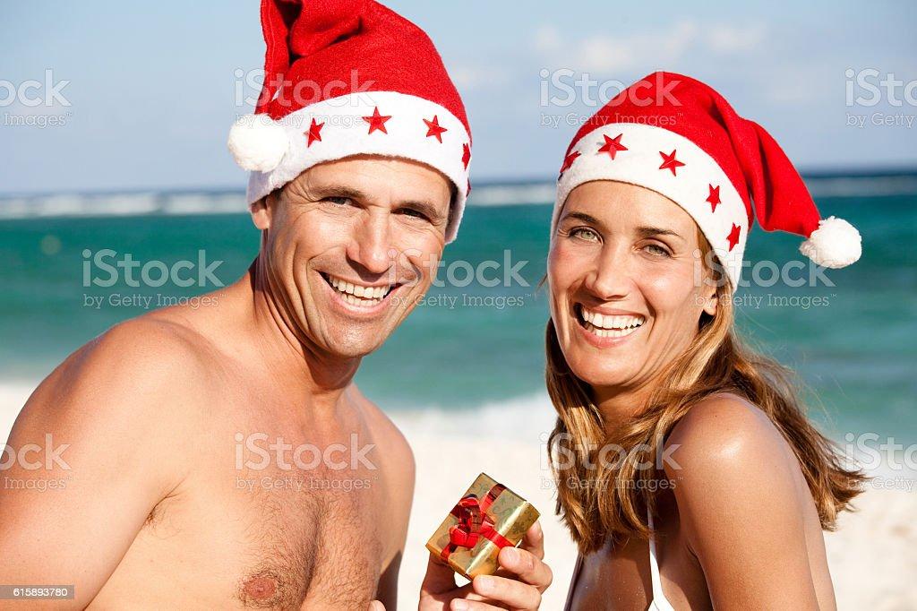 couple à la plage à Noël stock photo