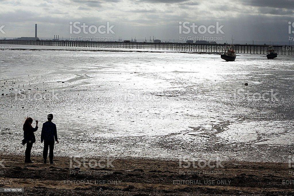 Coppia guardando Southend Pier e barca foto stock royalty-free